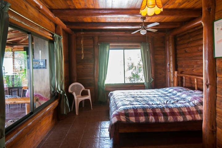 Cozy Volcano-Side Room in Beautiful Cabin, Quesada - Quesada - Mökki