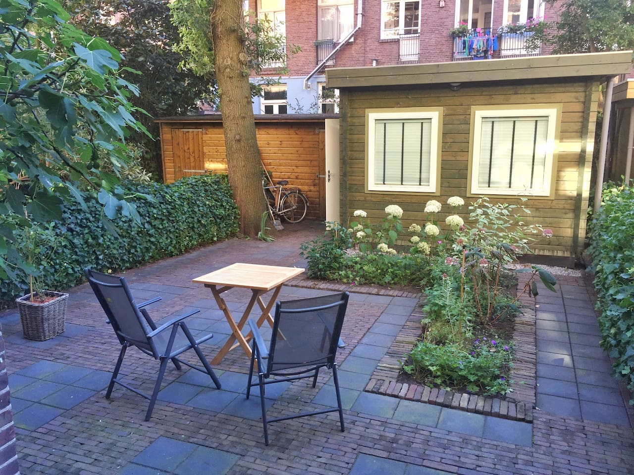The big quiet garden at the backside of the ground floor apartment.