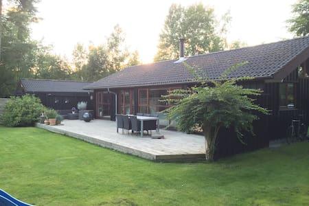 Lækkert sommerhus 20min fra Aarhus - Casa