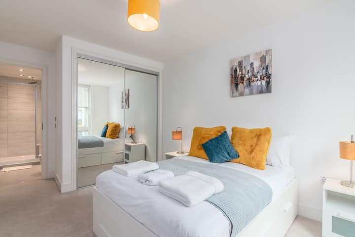 Stylish airy apartment with access to Heathrow
