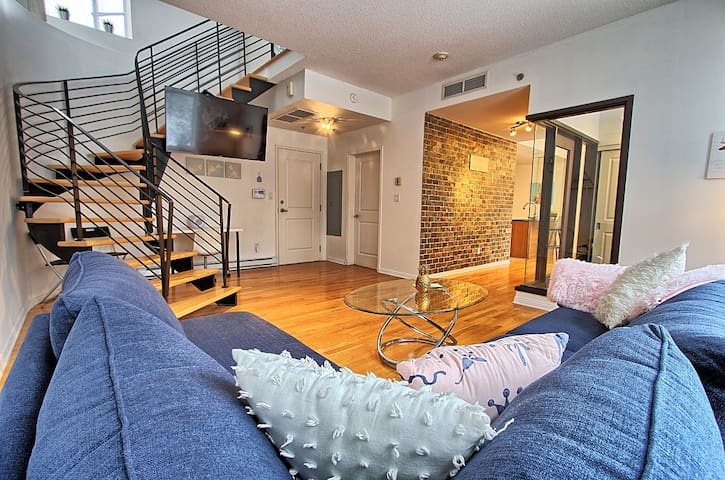 Beautiful Townhouse,Steps from Bell Center-Parking
