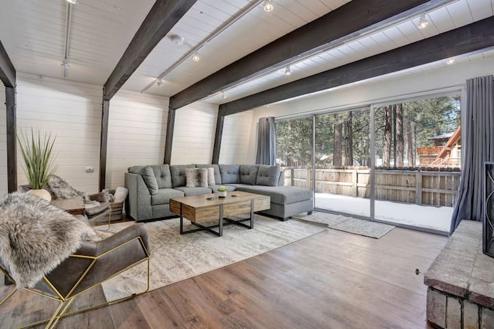 Freshly Remodeled Cabin with Glorious Hot Tub