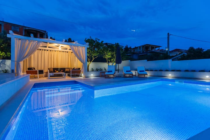 Luxury 4* Apartment Giovanni with heated pool