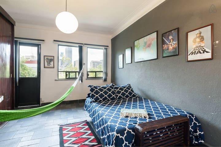 Chambre avec lit double, hamac et balcon