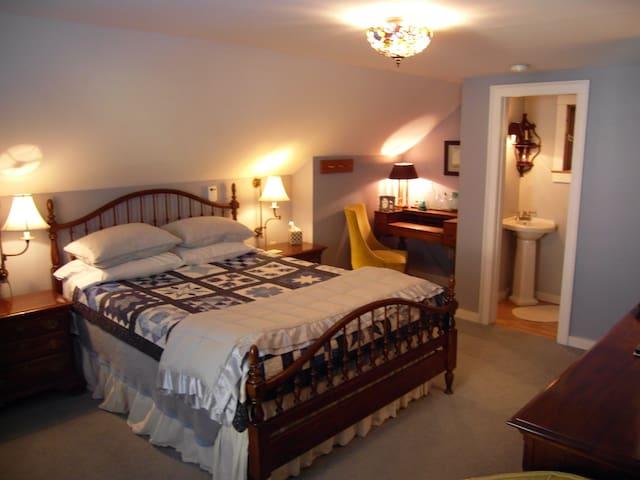 The Hydrangea Room in B & B - Milton - Bed & Breakfast