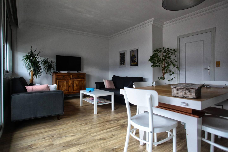 Le salon, salle à manger et bibliothèque.