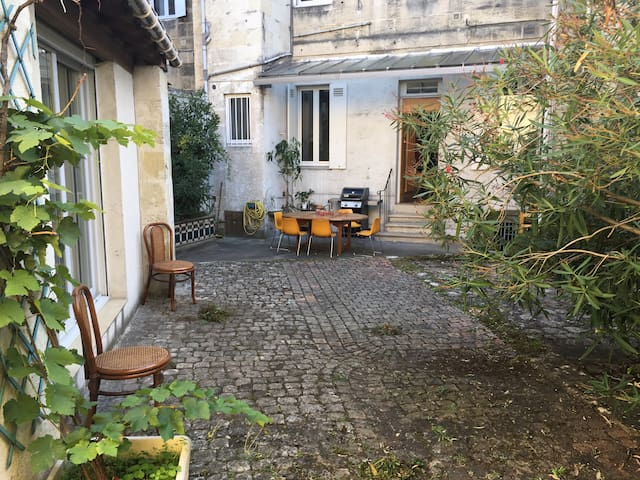 """STUDIO PROCHE """"PONT DE PIERRE"""" dans cours privé - Bordeaux - Lägenhet"""