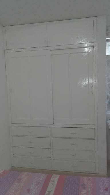 Armario grande con cajoneras para tu comodidad. / Large wardrobe with drawers for your comfort.