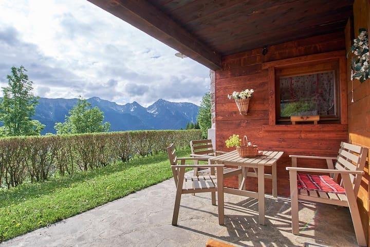 """Rustikales Ferienhaus """"Baita Nido tra i Monti"""" mit Bergblick und Terrasse; Parkplätze vorhanden, Haustiere auf Anfrage erlaubt"""