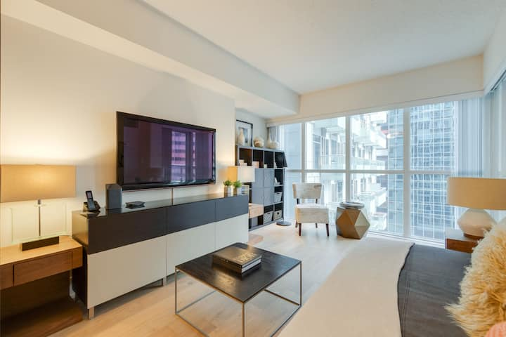 ☀LUX 2BR/1BA Steps to CN Tower Pool*Hot Tub*Gym☀