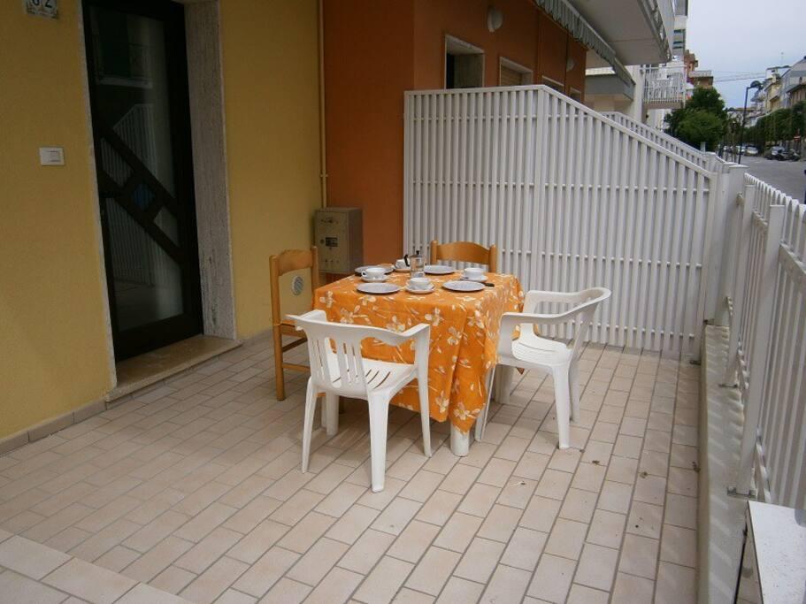 terrazza esterna con tavolo e sedie