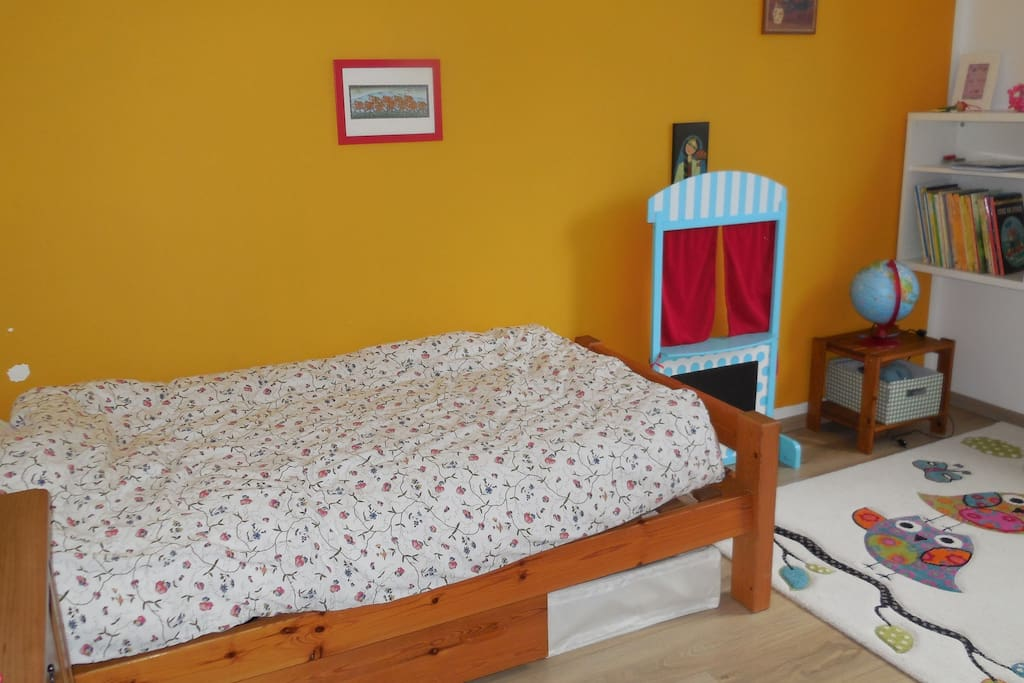 2nd bedroom with single bed and lit bebe