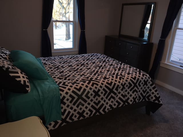 Quiet Room in Oakmont with Queen, TV, WiFI, W&D#2