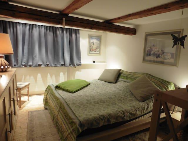 Schlafbereich mit elektrisch verstellbaren Lattenrosten