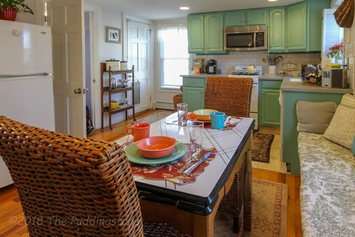 Eat-in kitchen w/ bench seat