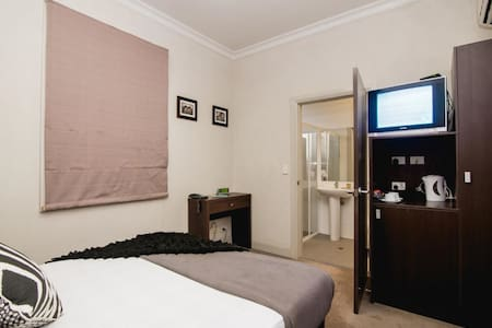 Private Twin Room with Ensuite & free WiFi