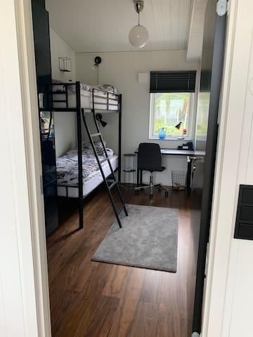 """""""Blå rummet"""" med våningssäng, skrivbord och stor garderob"""