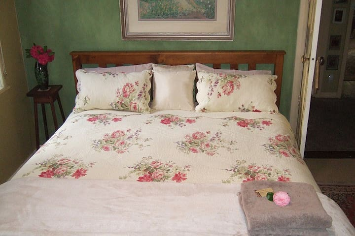 king size bed with 10%cotton sheets