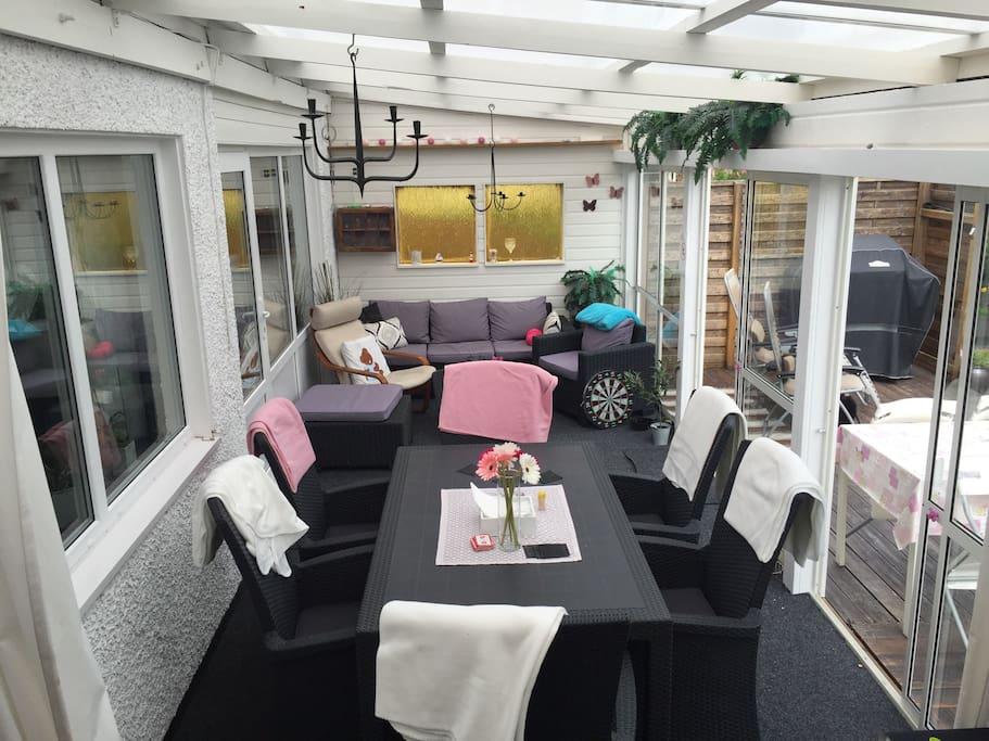 Inglasad altan med matbord för 6 pers och lounge.