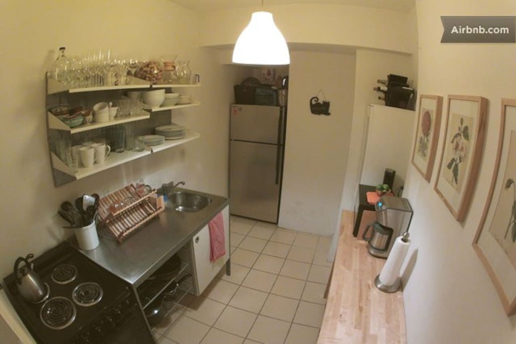 cute, fully-equipped kitchen