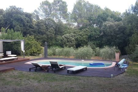 Charmante maison au calme avec piscine - Barjols