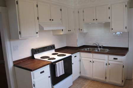 A charming & clean 5 bedrooms house - Thorold - Huis