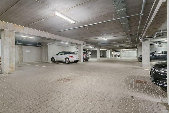 Sikker parkering under lejligheden