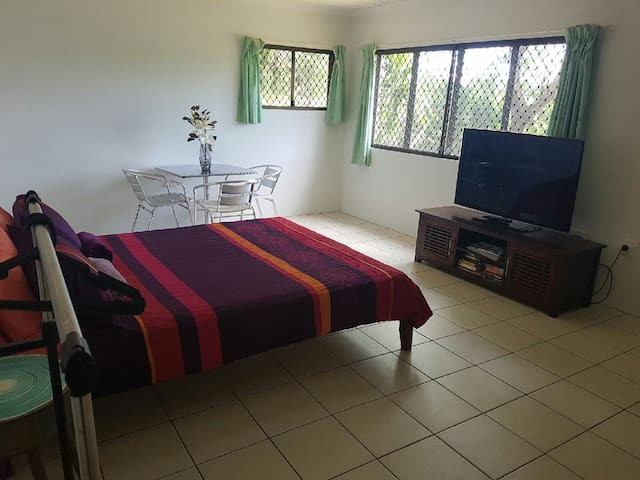 Massive room,Pool,WiFi,friendly,40 inch Tv in room