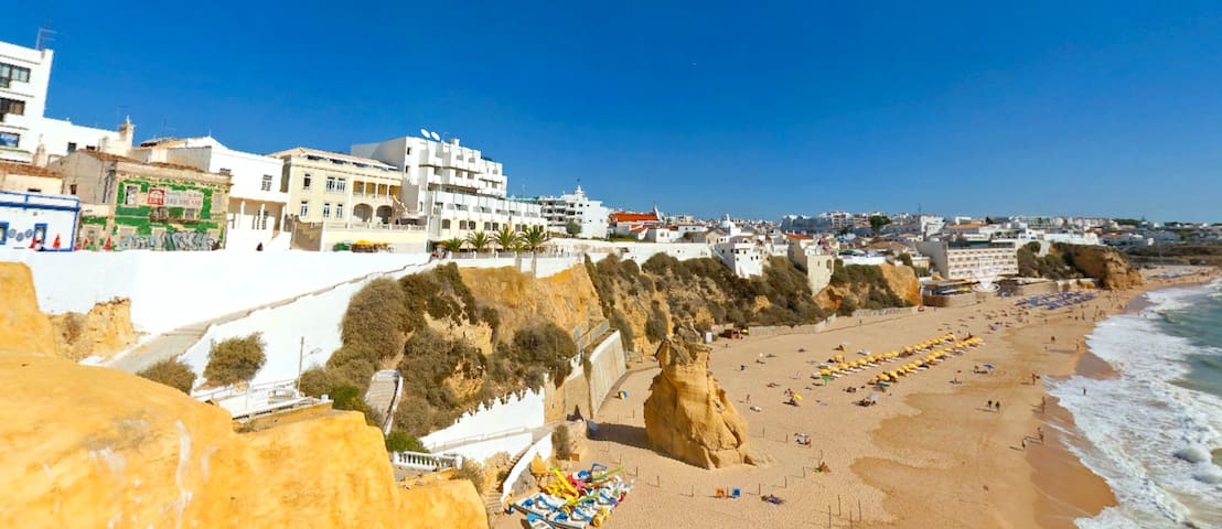 In a festive and gastronomic setting in Albufeira