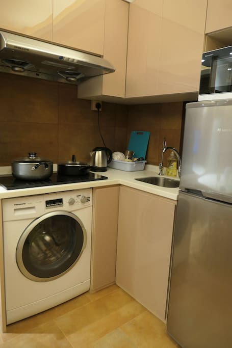 Open kitchen with a washing machine and filtered tap water, basic cooking equipment provided. 开放厨房提供基本厨具,另外设有洗衣机和滤水器。