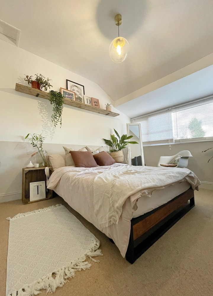 Light double bedroom next to Heaton park and tram
