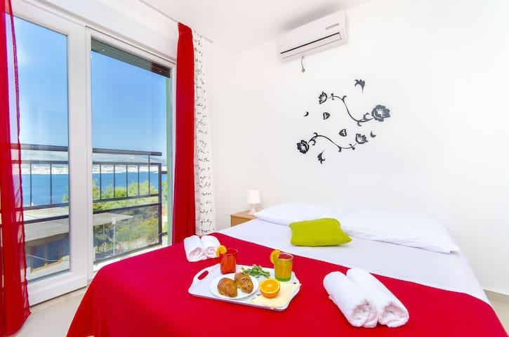 Studio Apartment, seaside in Okrug Donji (Ciovo)