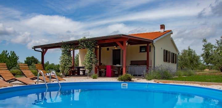 Secluded house/nature/kids&pets friendly/pool
