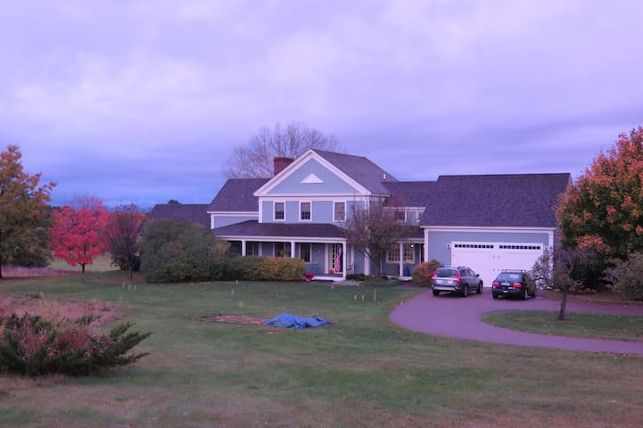 Comfortable home, beautiful setting, close to UVM - Shelburne