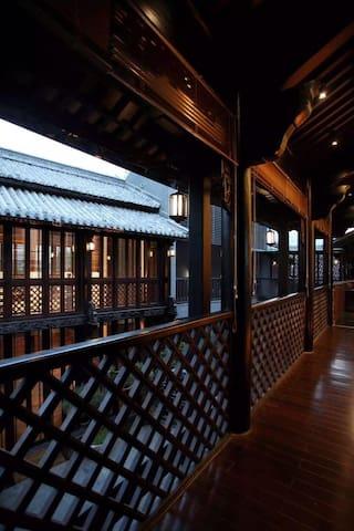 院落全围合式长廊,所见之处全用楠木装饰,栏杆用大理建川手工棱型传统工艺制作。