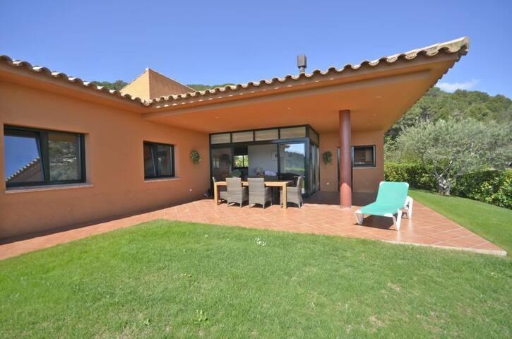 Villa with sea views and private garden