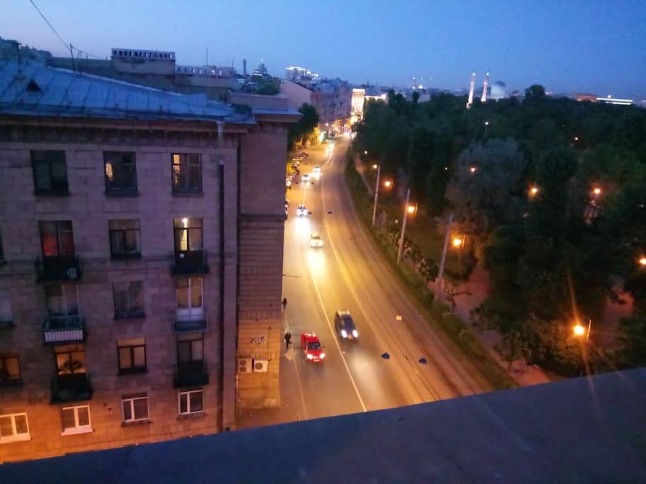 Вид на ночной город с террасы Night city view from the terrace