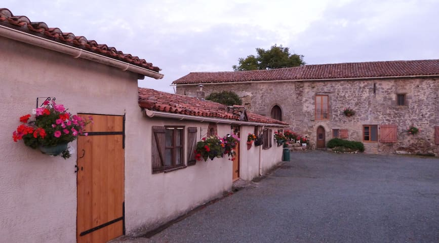 Cottage at 12th Century Monastery - La Chapelle-Saint-Laurent - Otros