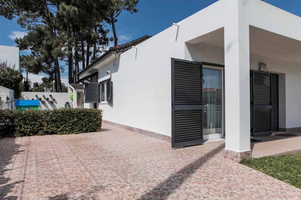 accueillante maison pr s de lisbonne et la plage maisons louer aroeira costa da caparica. Black Bedroom Furniture Sets. Home Design Ideas