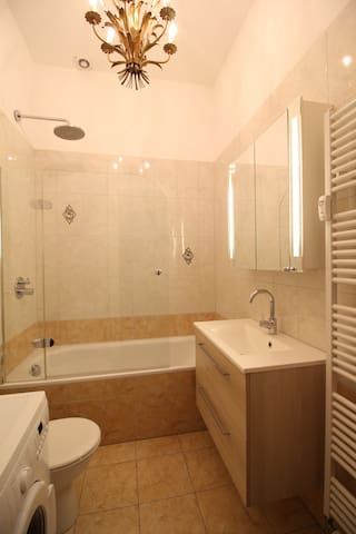 Waschmaschine & Badewanne/ Washingmachine & Bathtub