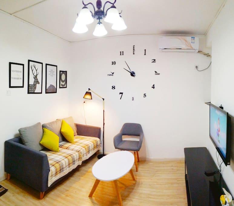 客厅沙发、茶几、台灯和电视