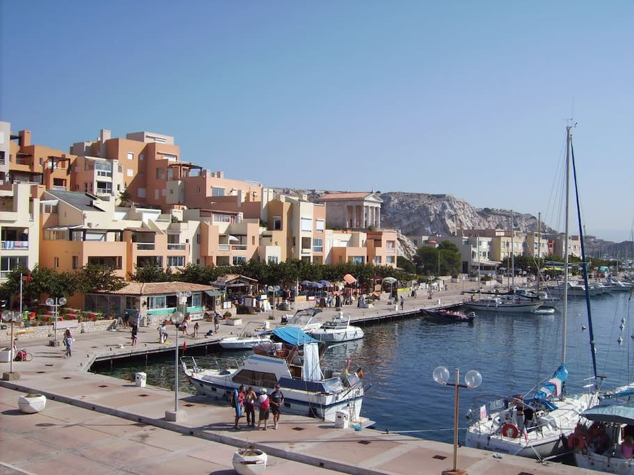 Port du Frioul, commerces, restaurants.
