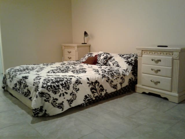 Large private master bed & bath, no cleaning fee.
