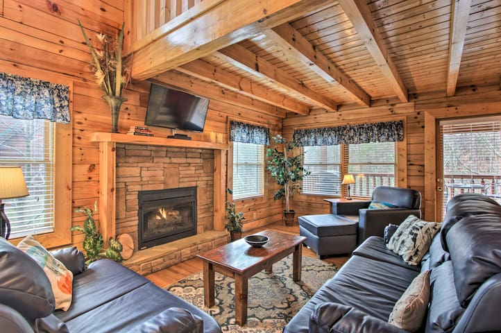 Romantic Pigeon Forge Cabin w/Hot Tub, 4Mi to DTWN