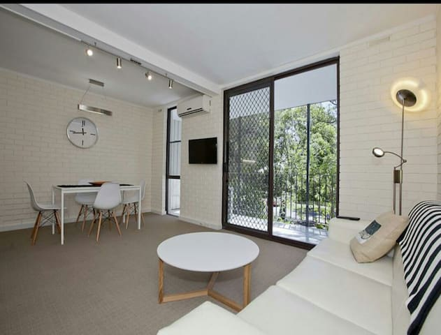 Sunny 2bed, leafy view & carspace