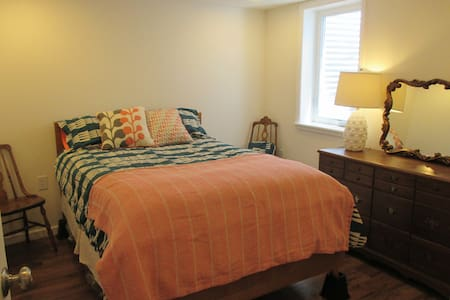 Charming Lower Level w Private Entrance - Westminster - Casa