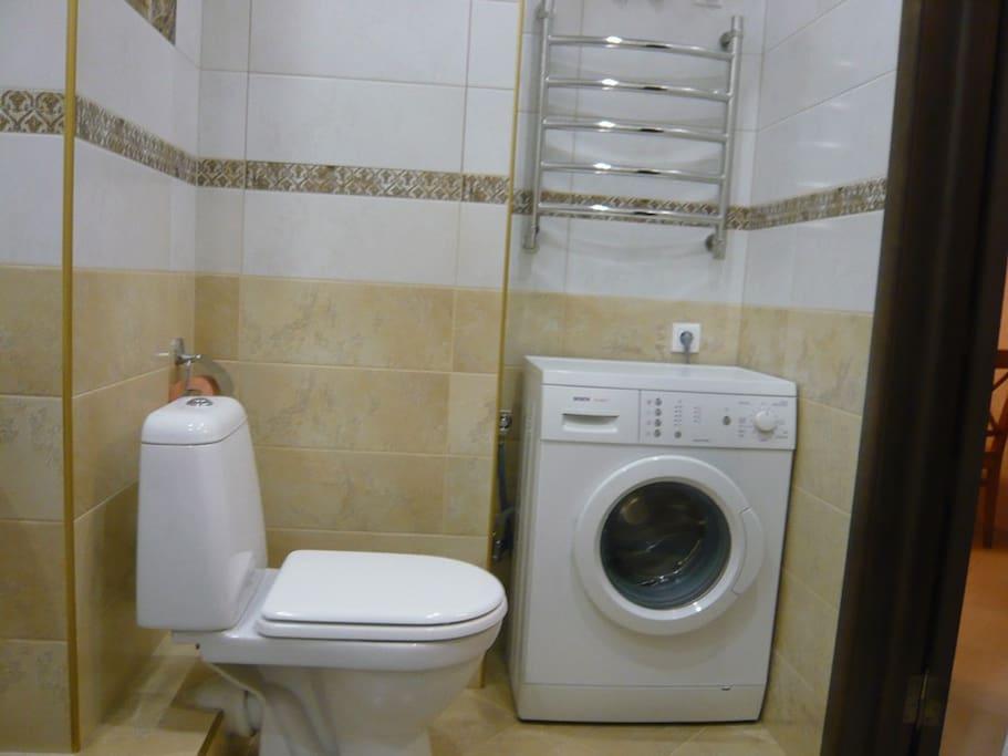 Ванная комната, совмещенный с/у. Ванная, унитаз, стиральная машинка