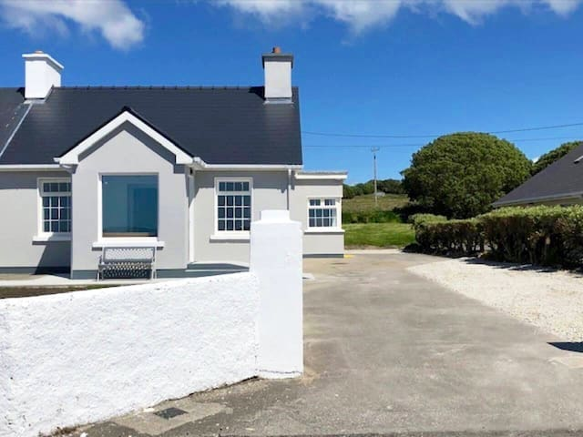Seaside Cottage, 2/3mins drive from Belmullet town