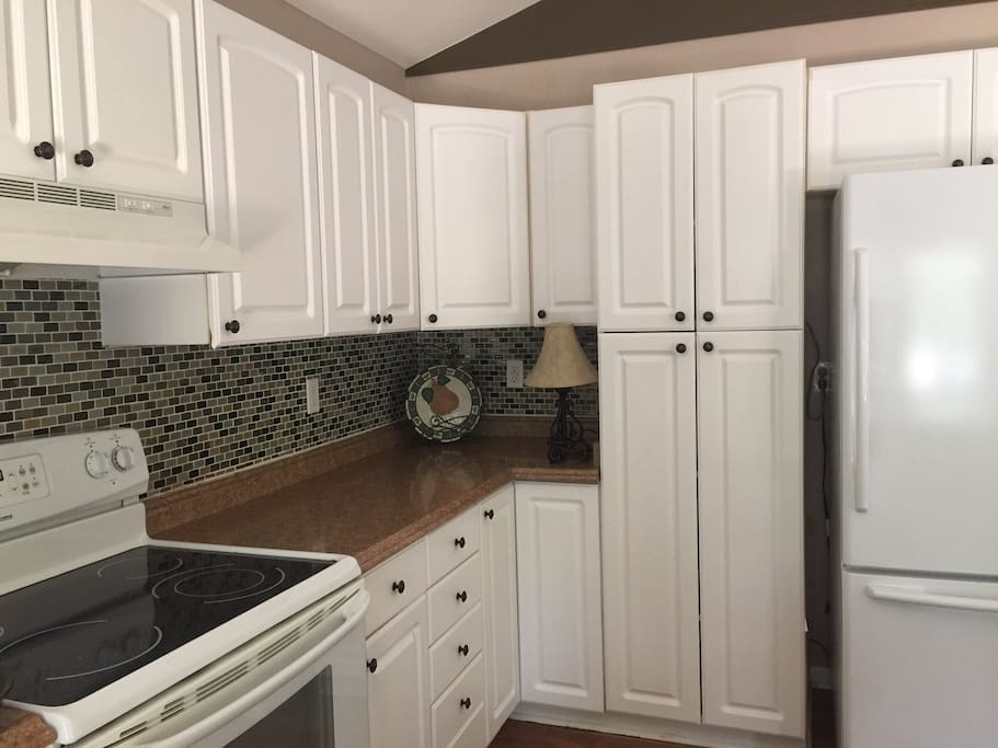 Fully equipped kitchen with refrigerator/freezer, microwave and smooth top stove/oven.