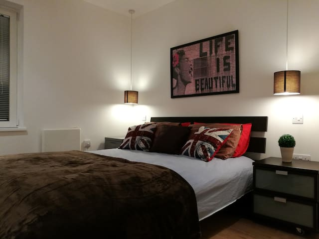 Bright & airy DoubleBed with EnSuite in Zone 2!